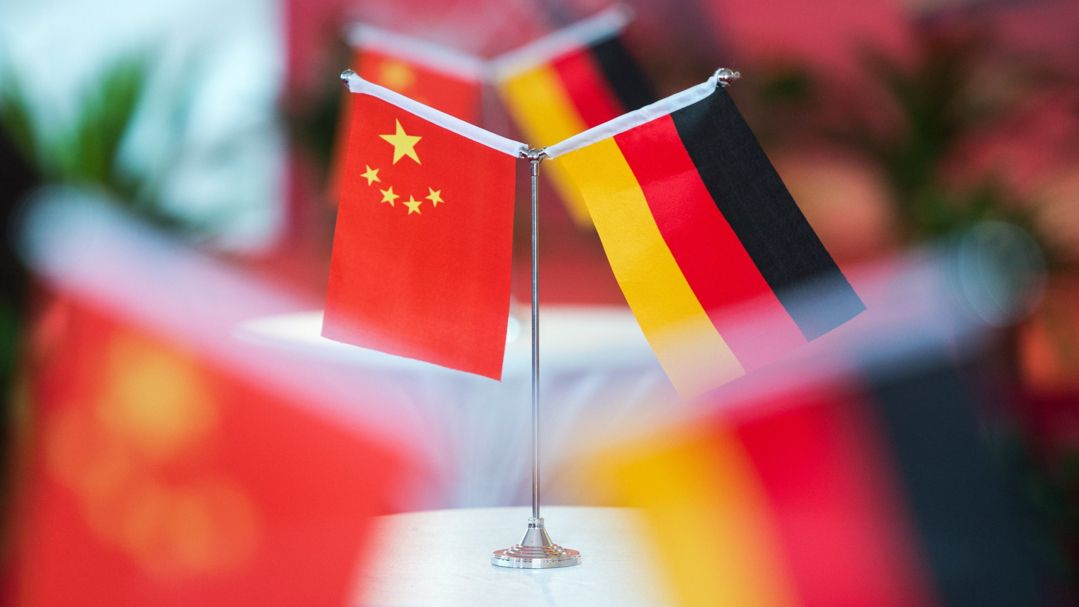 Chinesische und deutsche Flaggen stehen bei einem Empfang in Hefei.
