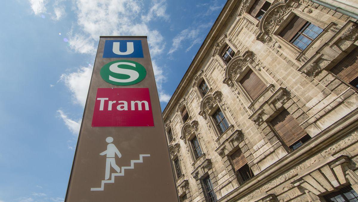 Eine Stele mit den Logos von U-Bahn, S-Bahn und Tram in München