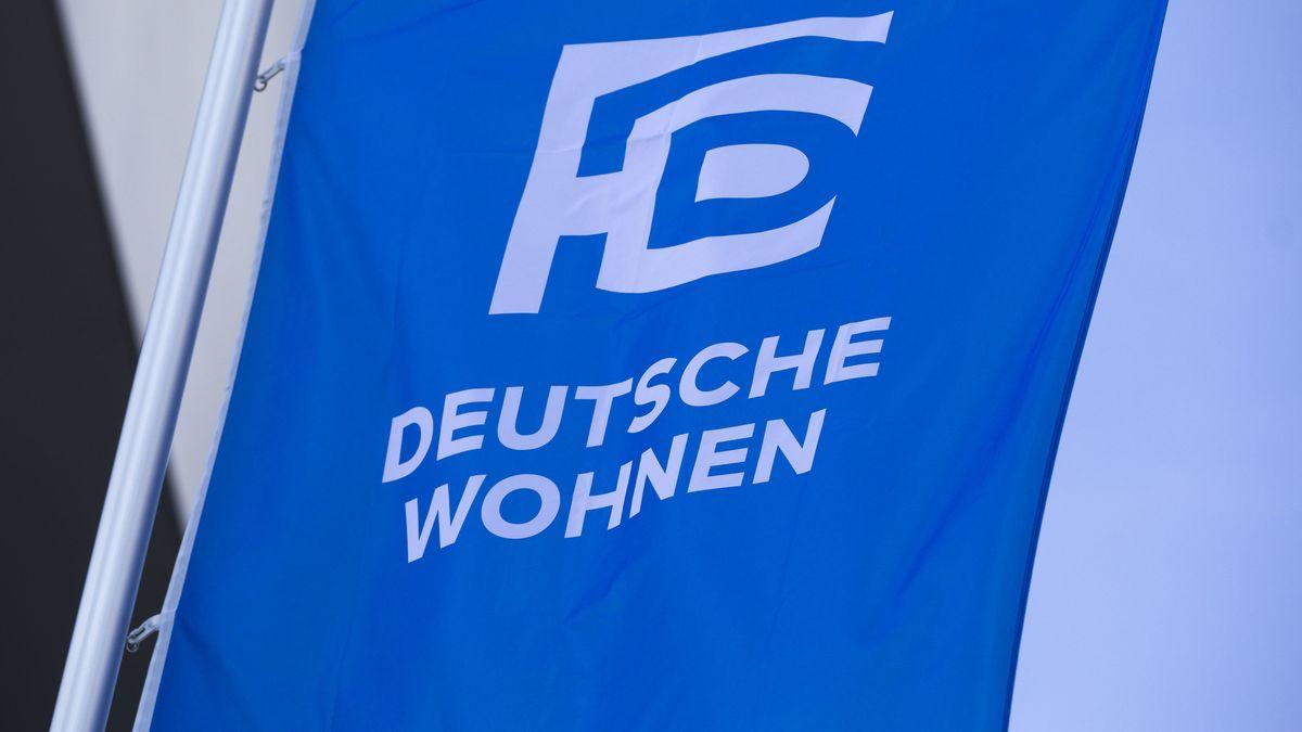 Auf einer blauen Fahne, die an einem Fahnenmast hängt, ist das Logo und der Schriftzug des Unternehmens Deutsche Wohnen