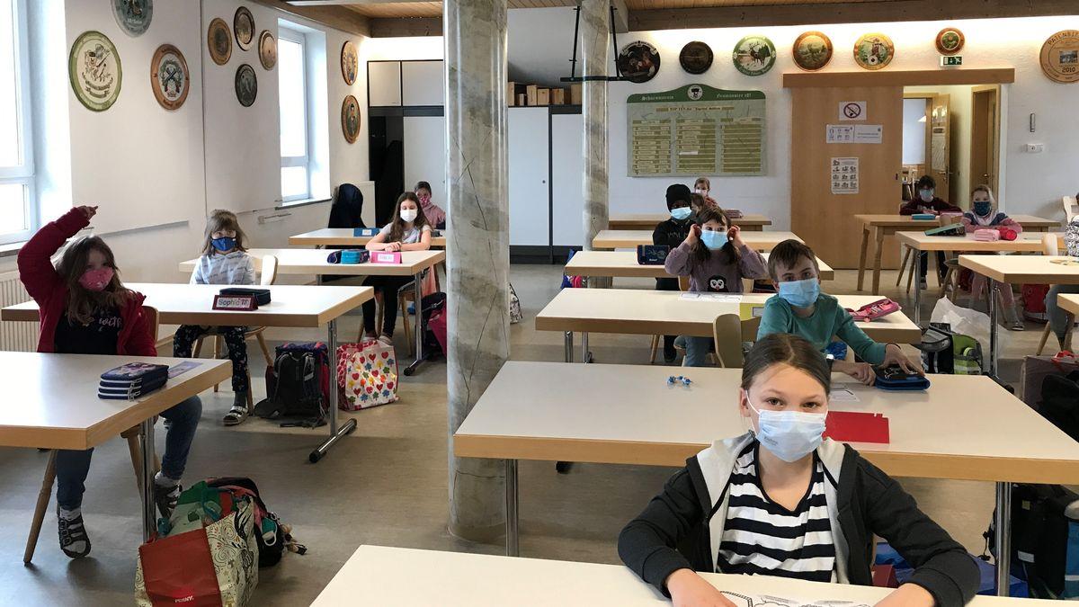 Grundschulklasse im Schützenheim von Altenmünster