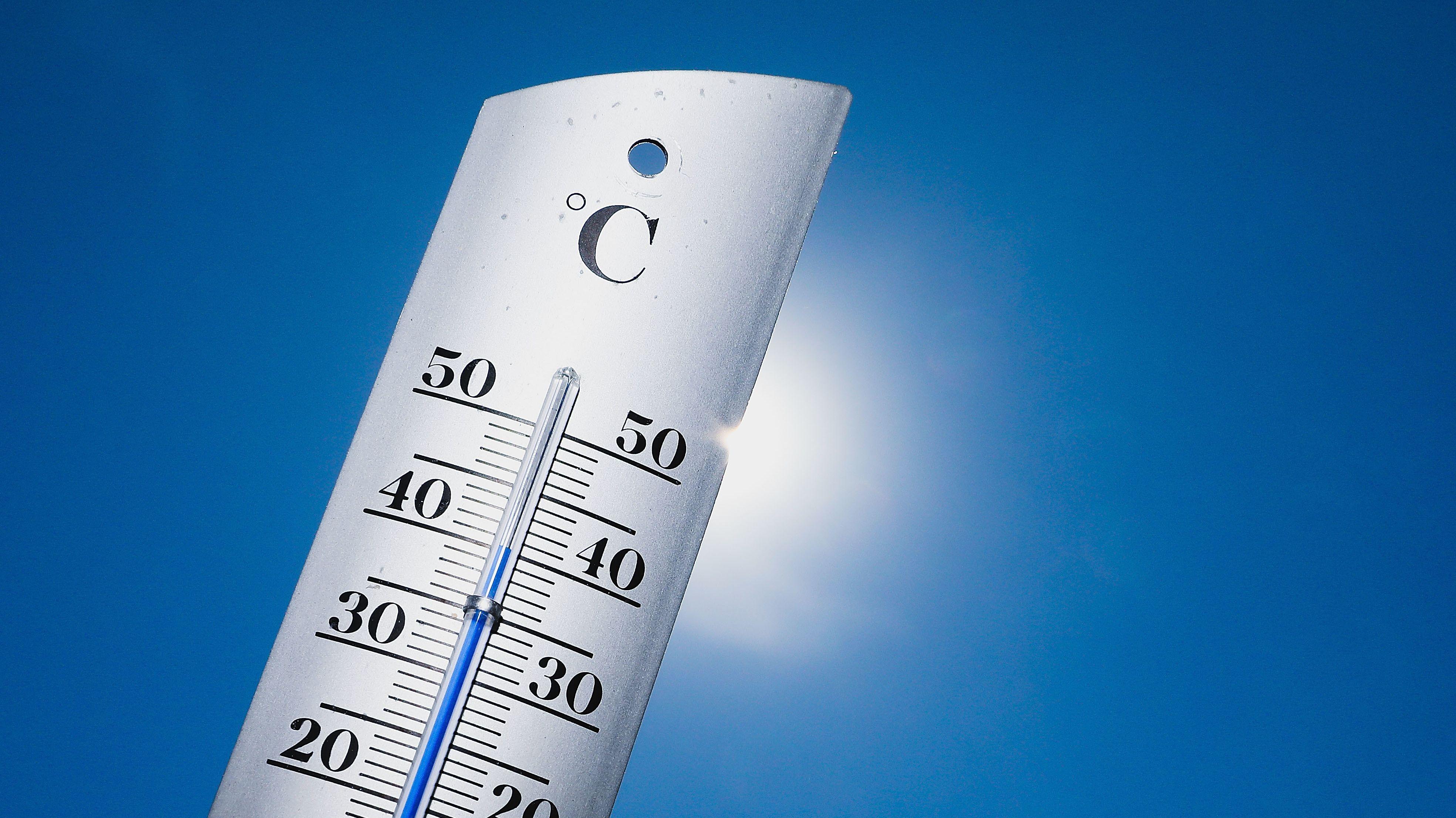 Thermometer mit 40 Grad Celsius vor heller Sonne