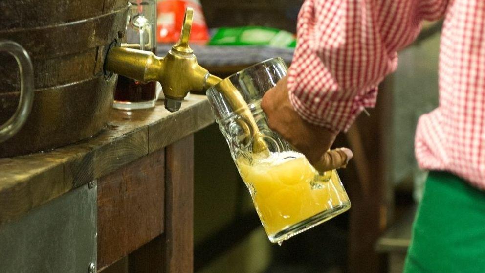 Bier wird aus einem Bierfass gezapft