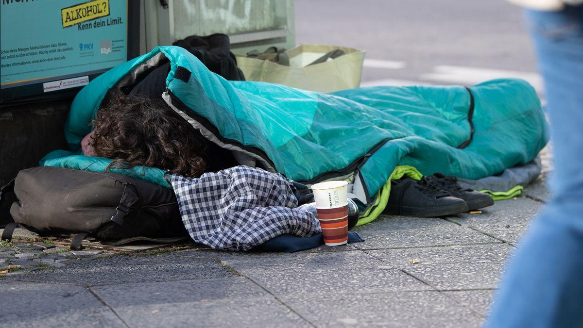 Obdachloser im Schlafsack (Symbolbild) - Bad Feilnbacher spendet Schlafsäcke für Münchner WohnungsloseObdachloser im Schlafsack.