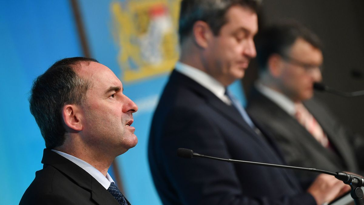 Bayerns Wirtschaftsminister Aiwanger (l.) bei einer Kabinetts-PK am 29.10.20, daneben Ministerpräsident Söder und Staatskanzleichef Herrmann.