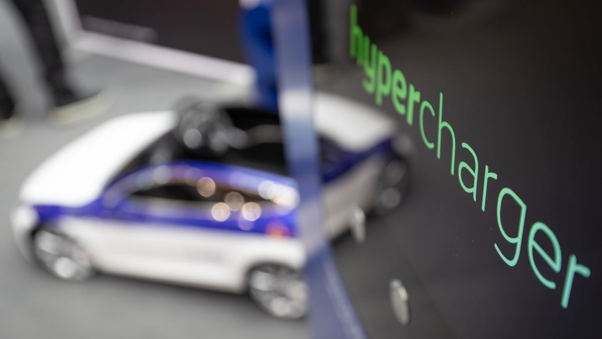 Ein E-Auto an einer Stromtankstelle mit Schnellladesystem Hypercharger.