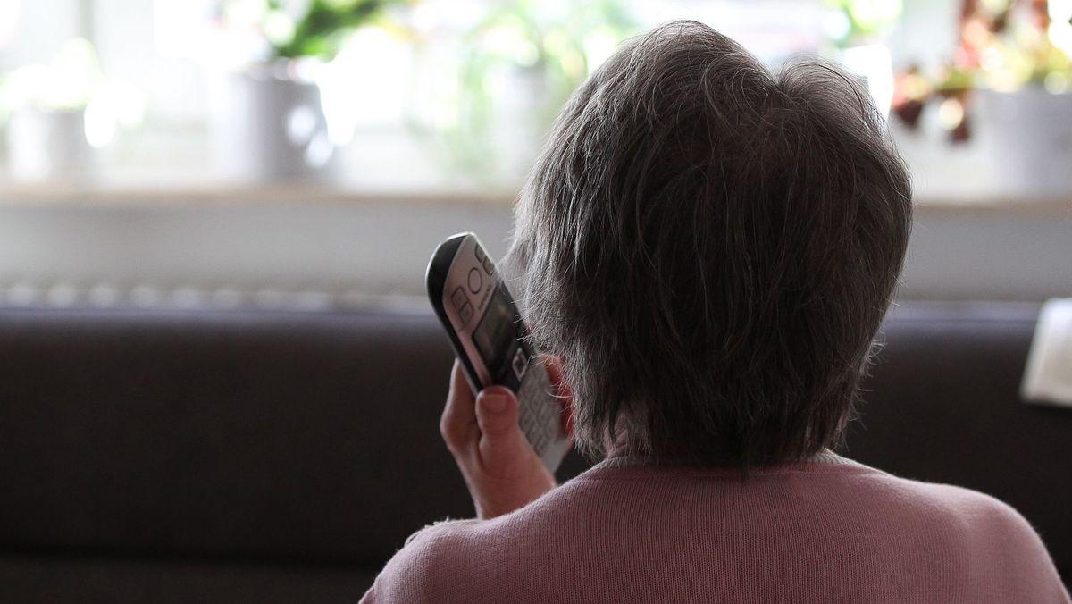 Eine Seniorin am Telefon (Symbolbild)