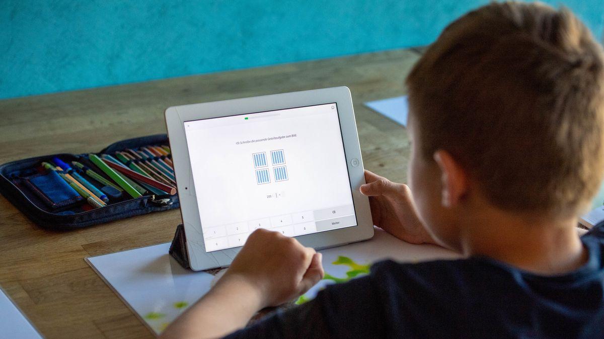 Junge löst Aufgaben am Tablet