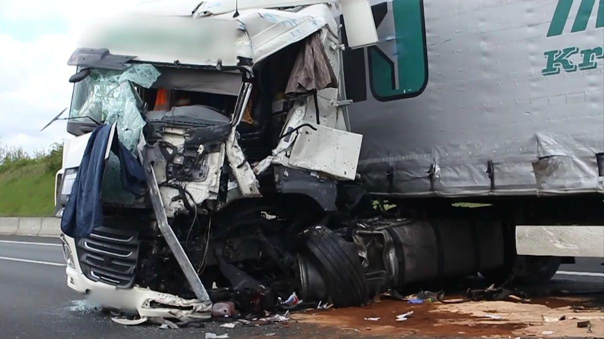 Zerstörtes Fahrerhaus eines Unfall-Fahrzeugs