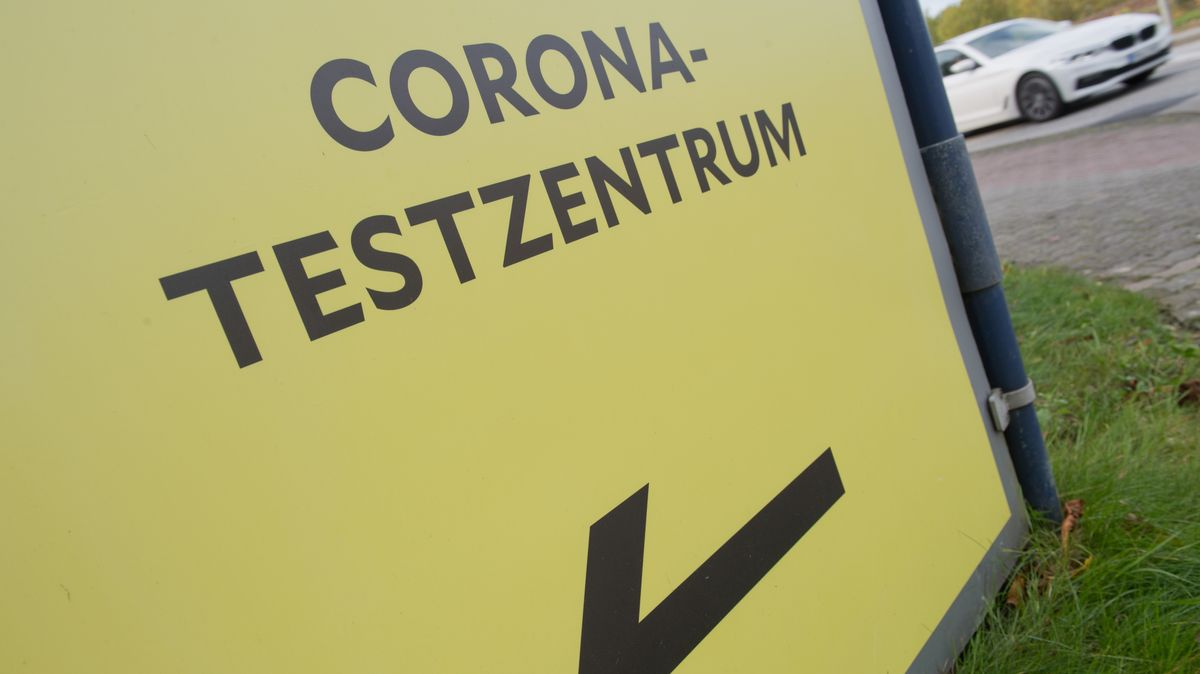Wegweiser zu einem Corona-Testzentrum.