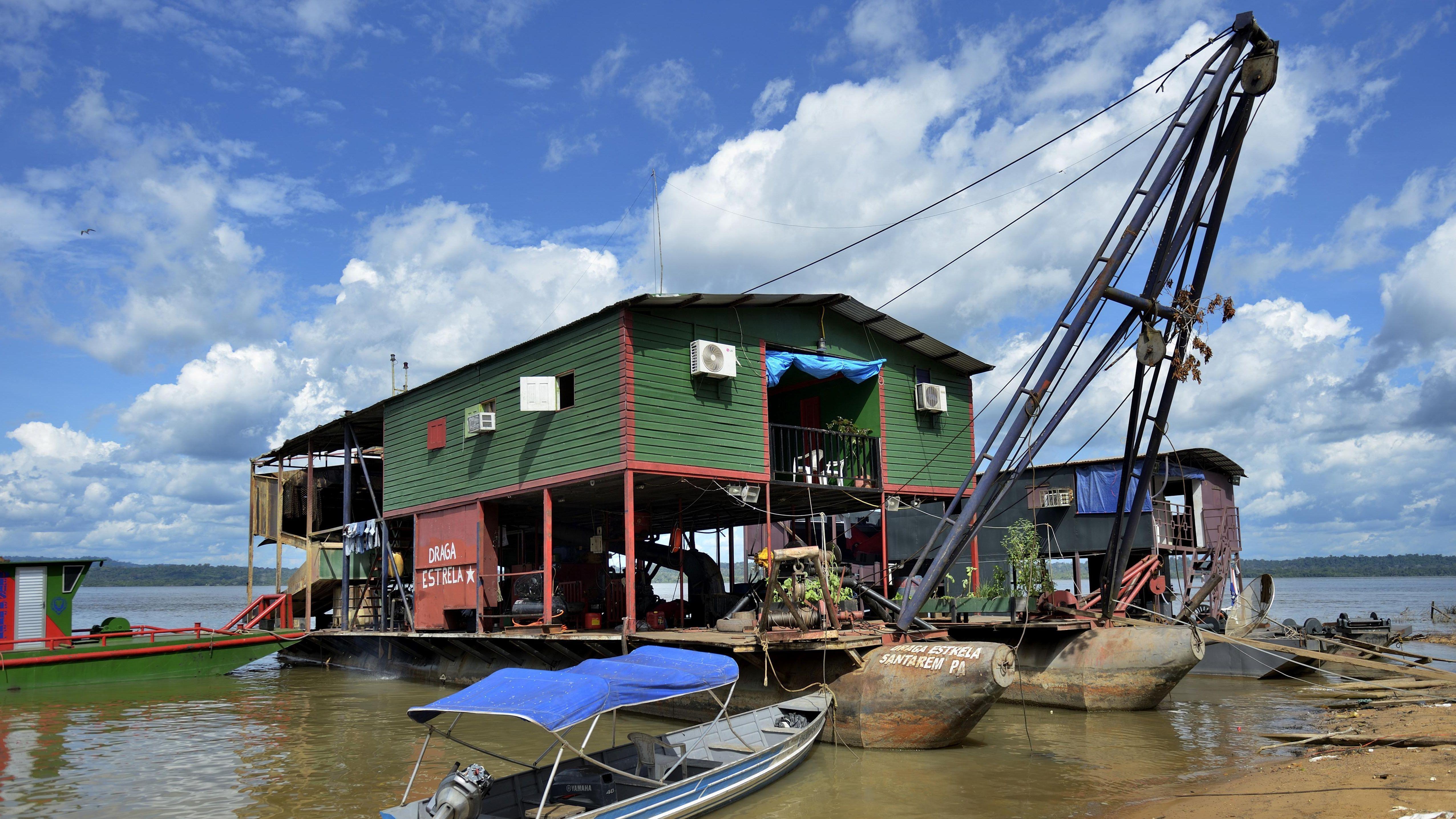 Floß von Garimpeiros am Fluß Rio Tapajos im Amazonas-Regenwald.
