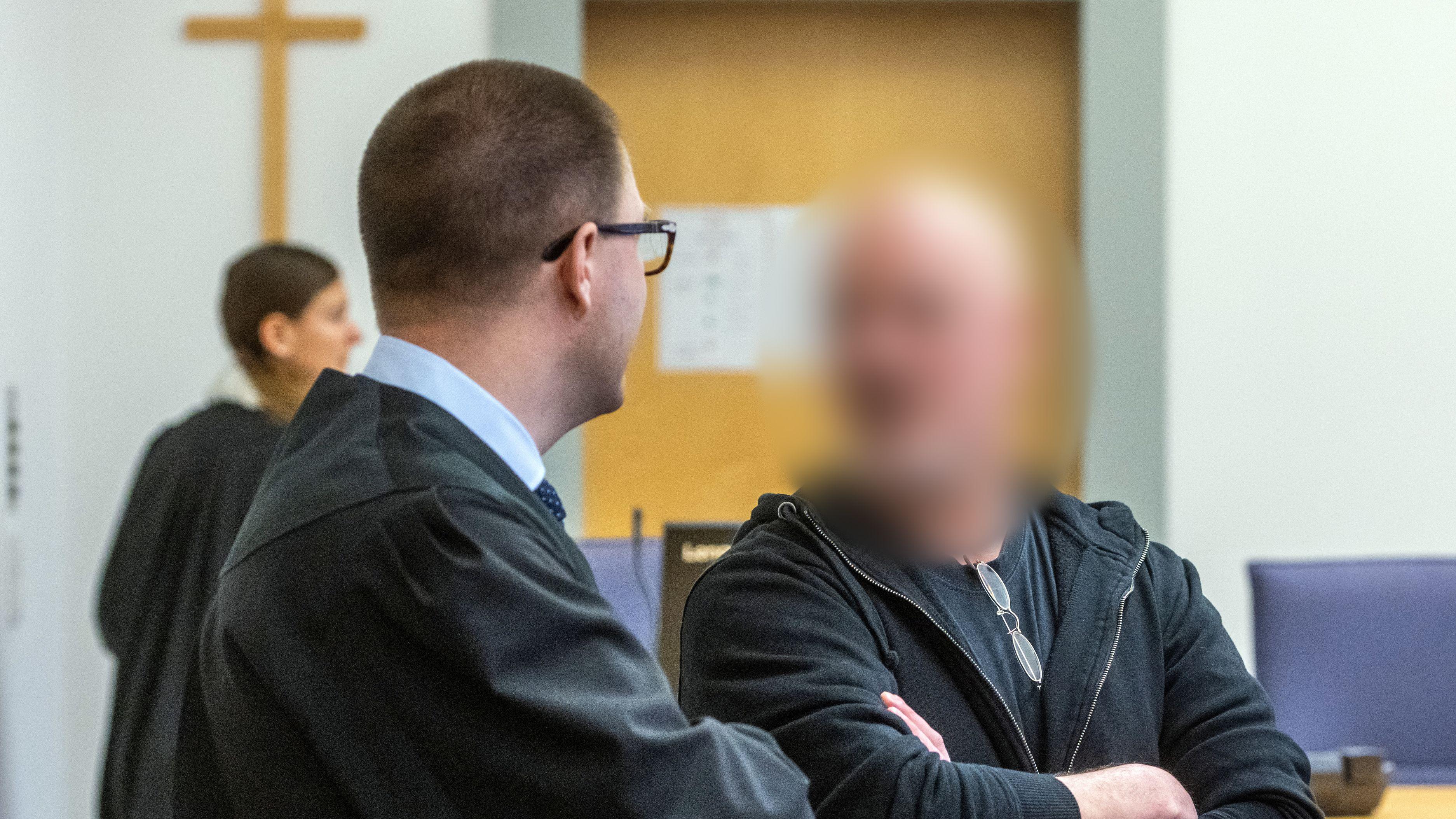 Der Angeklagte (r) steht im Verhandlungssaal des Landgerichts neben seinem Verteidiger Sebastian Gaßmann.