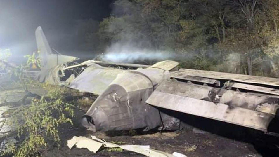 Das von der staatlichen Verwaltung des Gebiets Charkiw zur Verfügung gestellte Foto zeigt das Wrack des Militärflugzeugs
