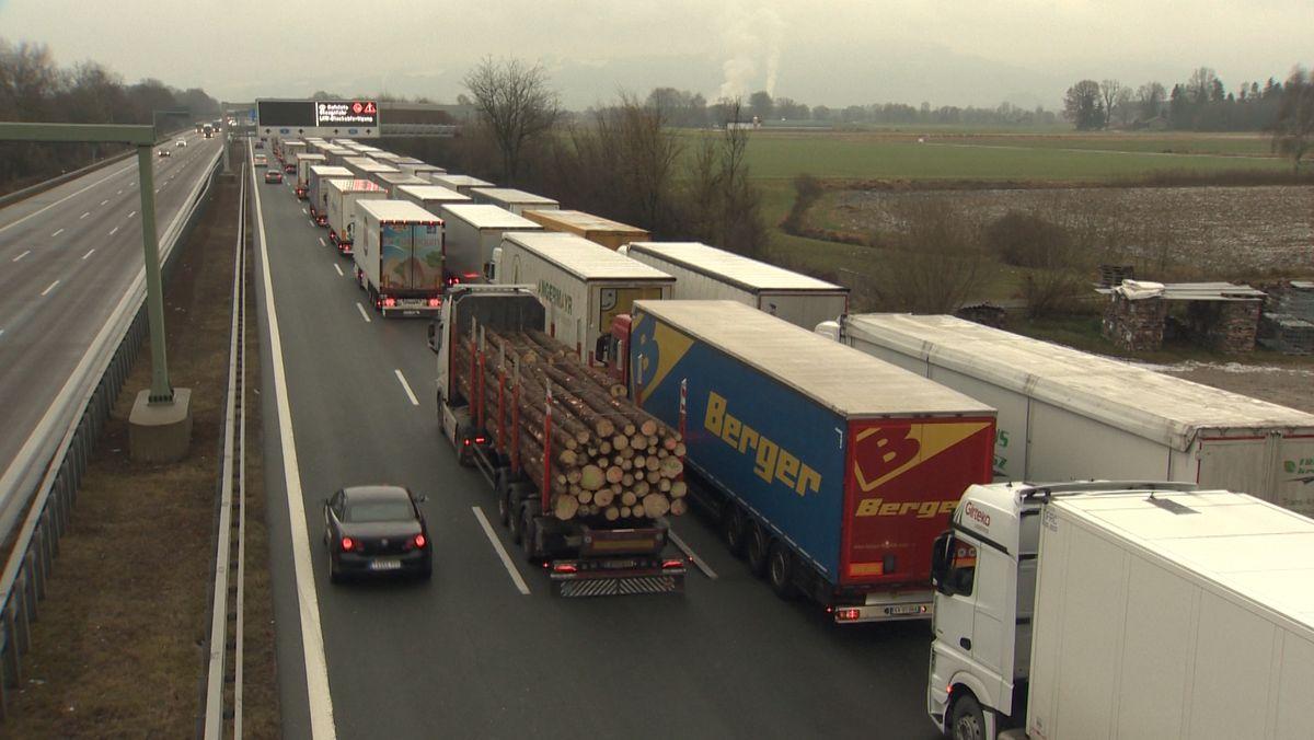 Lastwagen stauen sich auf drei Spuren auf der A8 vor der Überleitung zur A93.