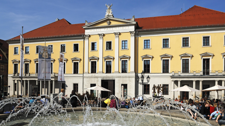 Theater mit Theaterplatz und Brunnen in Regensburg.