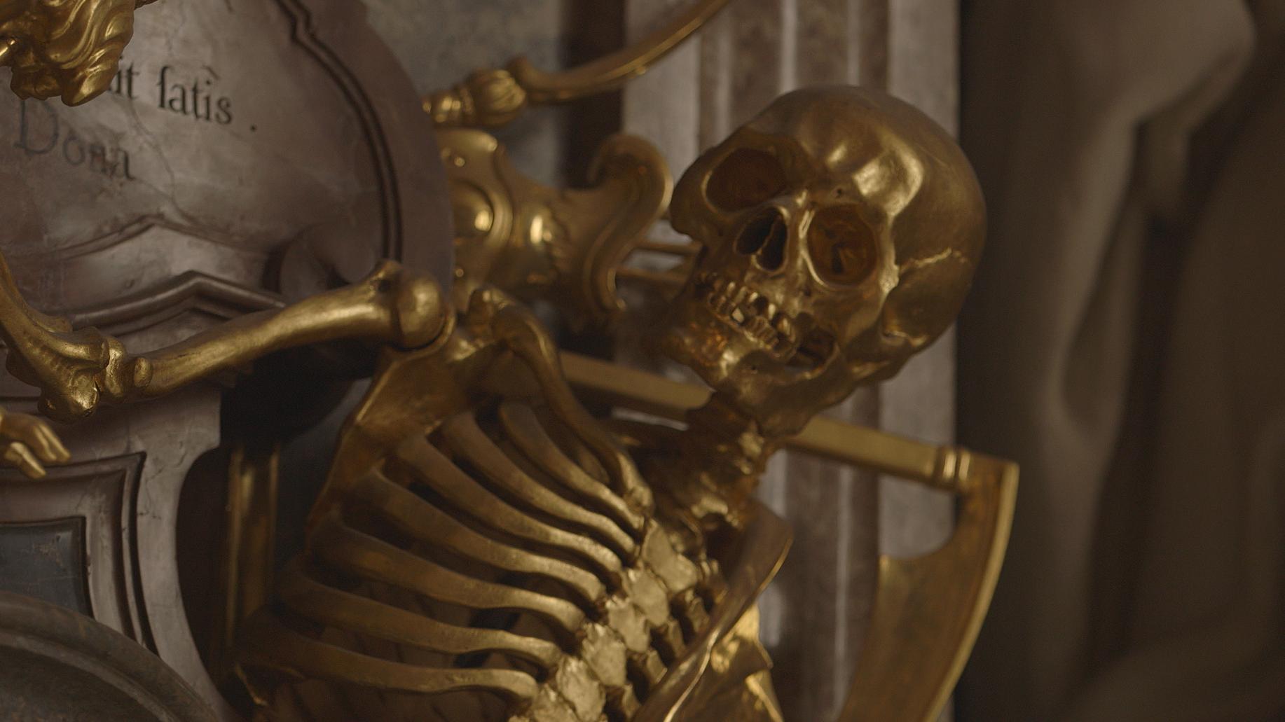 Vergoldetes Skelett in der Münchner Asamkirche