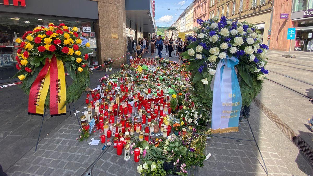 Kranzniederlegung am Tatort zwei Tage nach der Gewalttat in Würzburg