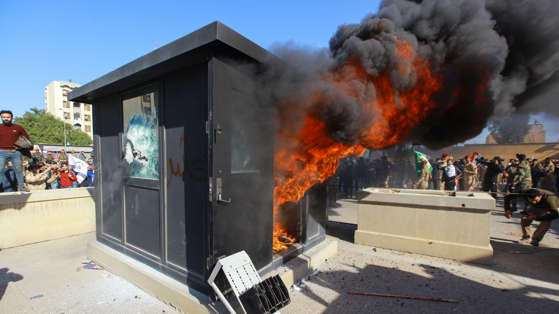 Demonstranten haben auf dem Gelände der US-Botschaft ein Wachhäuschen in Brand gesetzt.