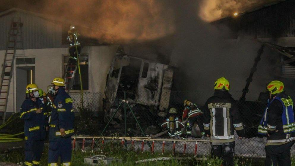 Flammen des Lkw beschädigten auch ein nahe gelegenes Gebäude