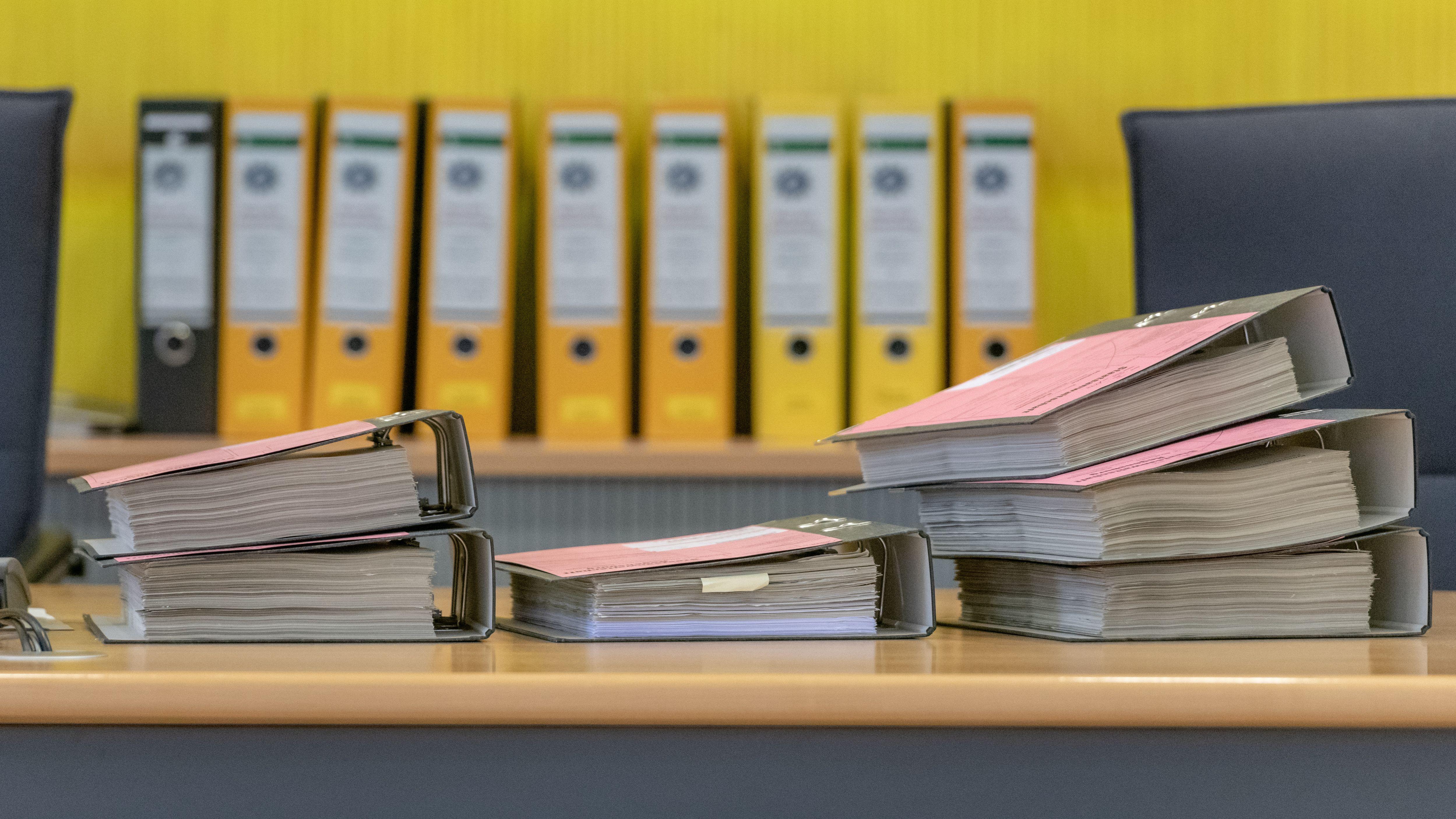Wahlfälschungsprozess von Geiselhöring: Zahlreiche Akten liegen im Verhandlungssaal des Landgerichts.