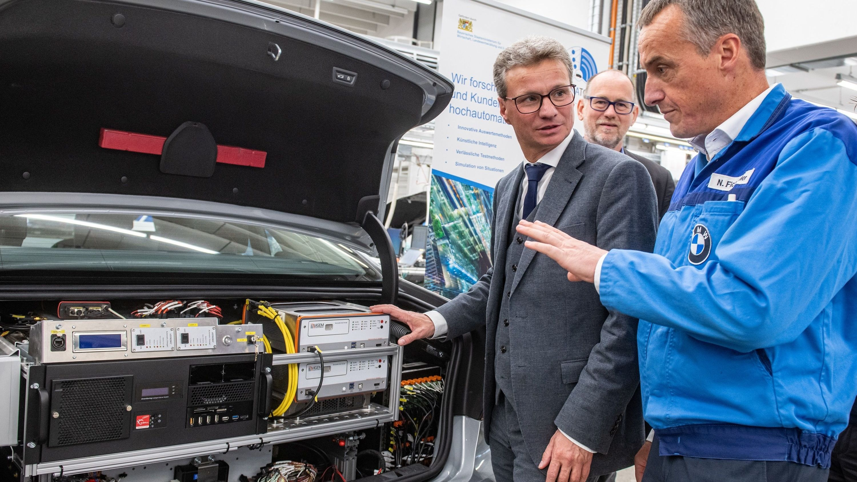 Wissenschaftsminister Bernd Sibler will mit neuen Technologien den Wohlstand in Bayern sichern.