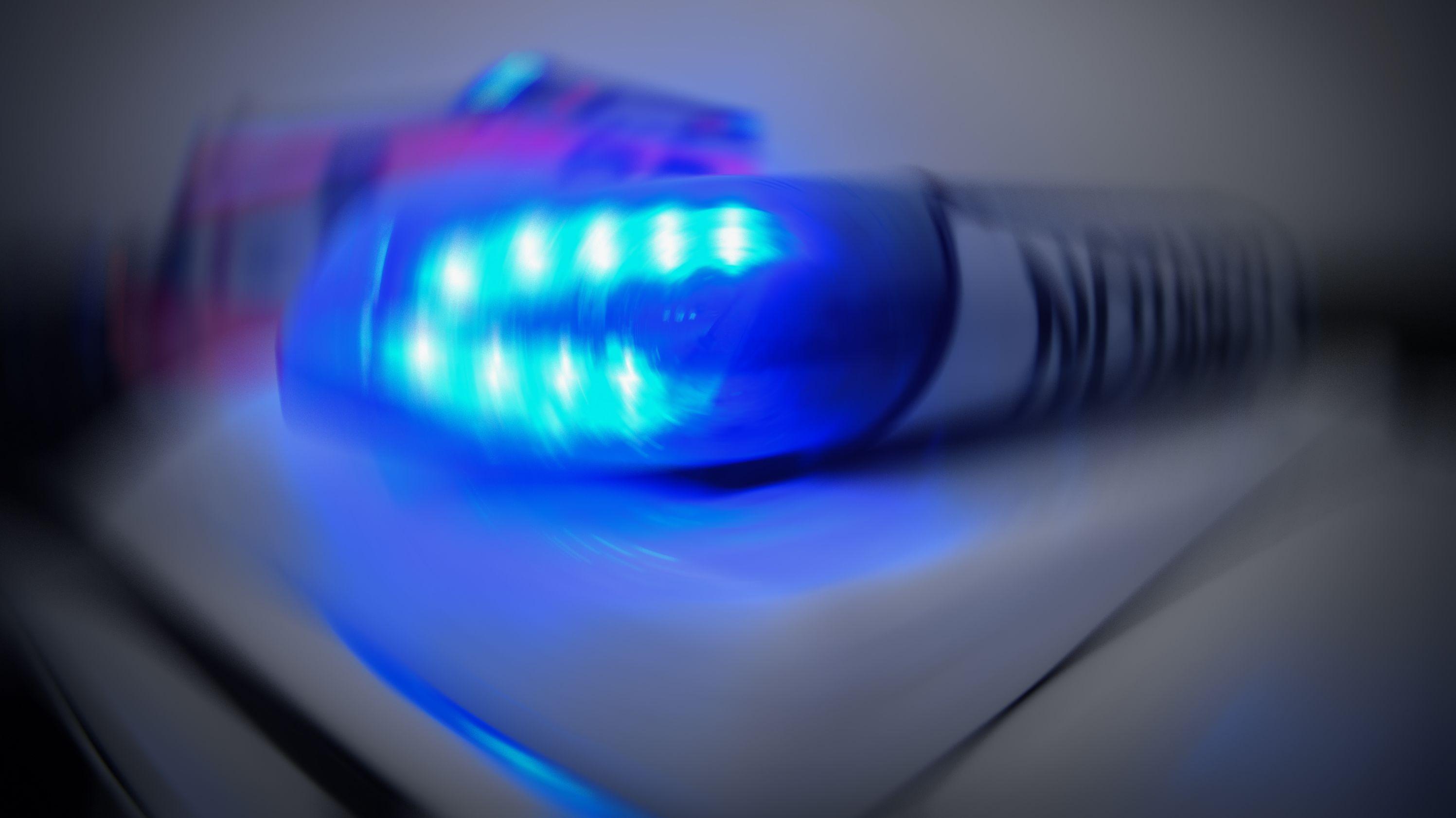 Blaulicht eines Polizeifahrzeugs an einer Unfallstelle (Symbolbild).