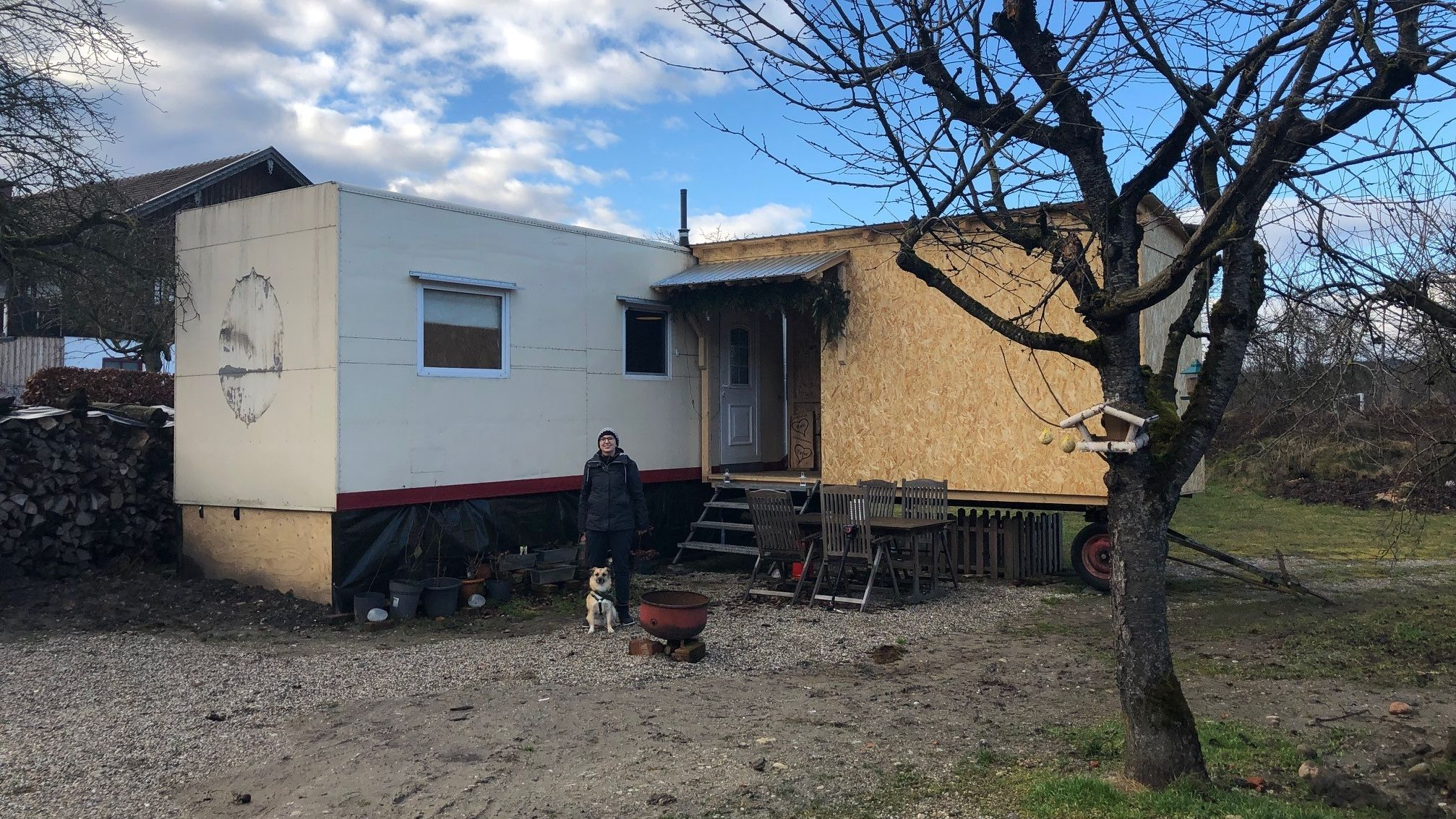 Der umgebaute Zirkuswagen: Bis das Haus von Sylvia und Theresa fertig ist, lebt das Ehepaar in dem Tiny House.