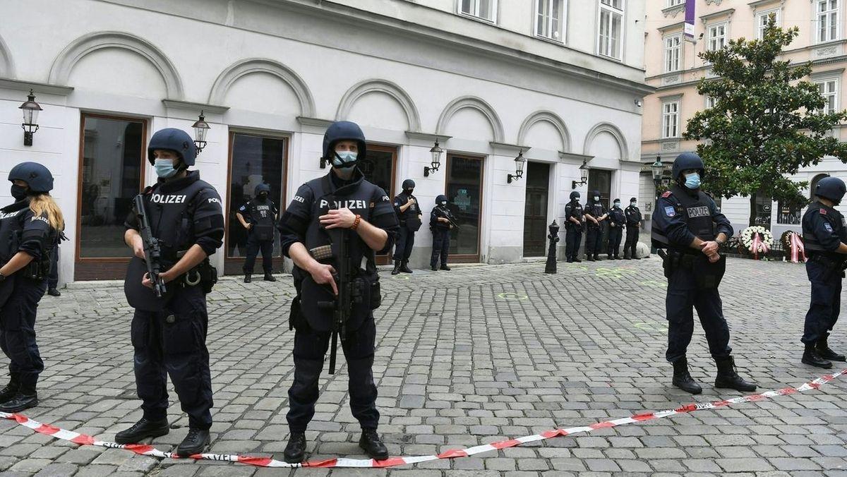 Nach dem Terrorangriff in Wien: Polizisten sperren einen Tatort in der Wiener Innenstadt ab.