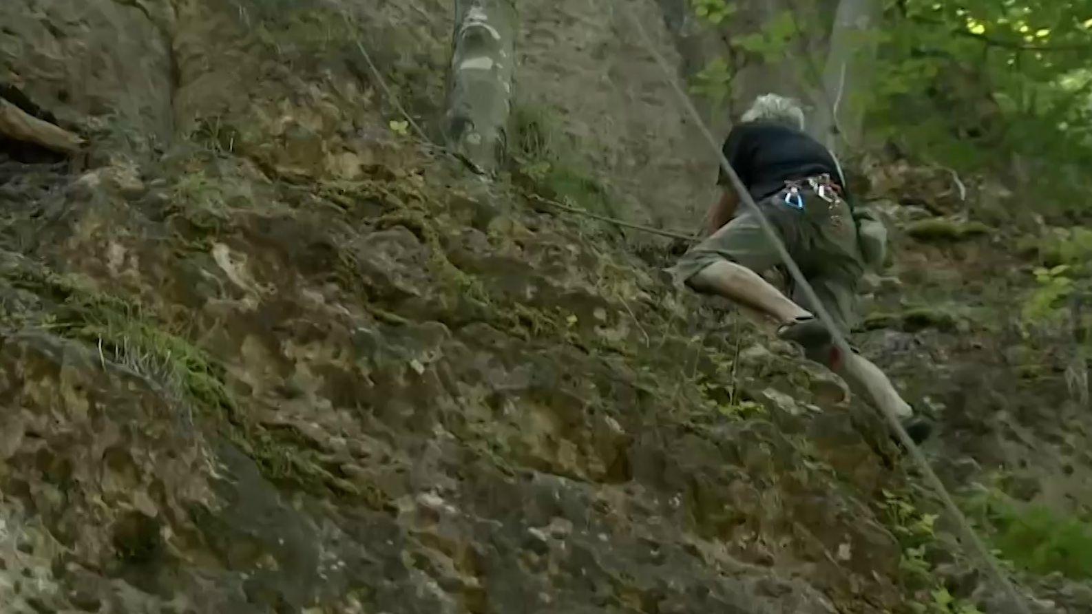 Kletterer sammelt Müll im Frankenjura