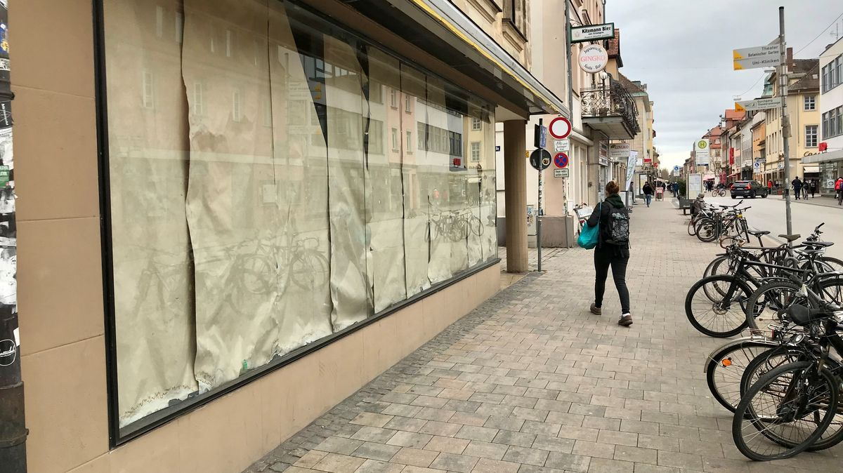 Abgeklebtes Schaufenster eines leeren Ladens in der Erlanger City.