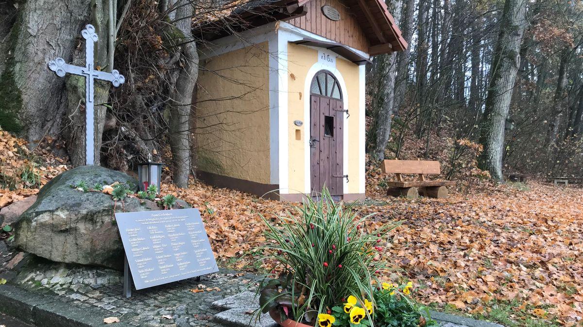 Gedenkstein für die Opfer des Seilbahn-Unglücks von Kaprun in Unterweißenbach/Vilseck.