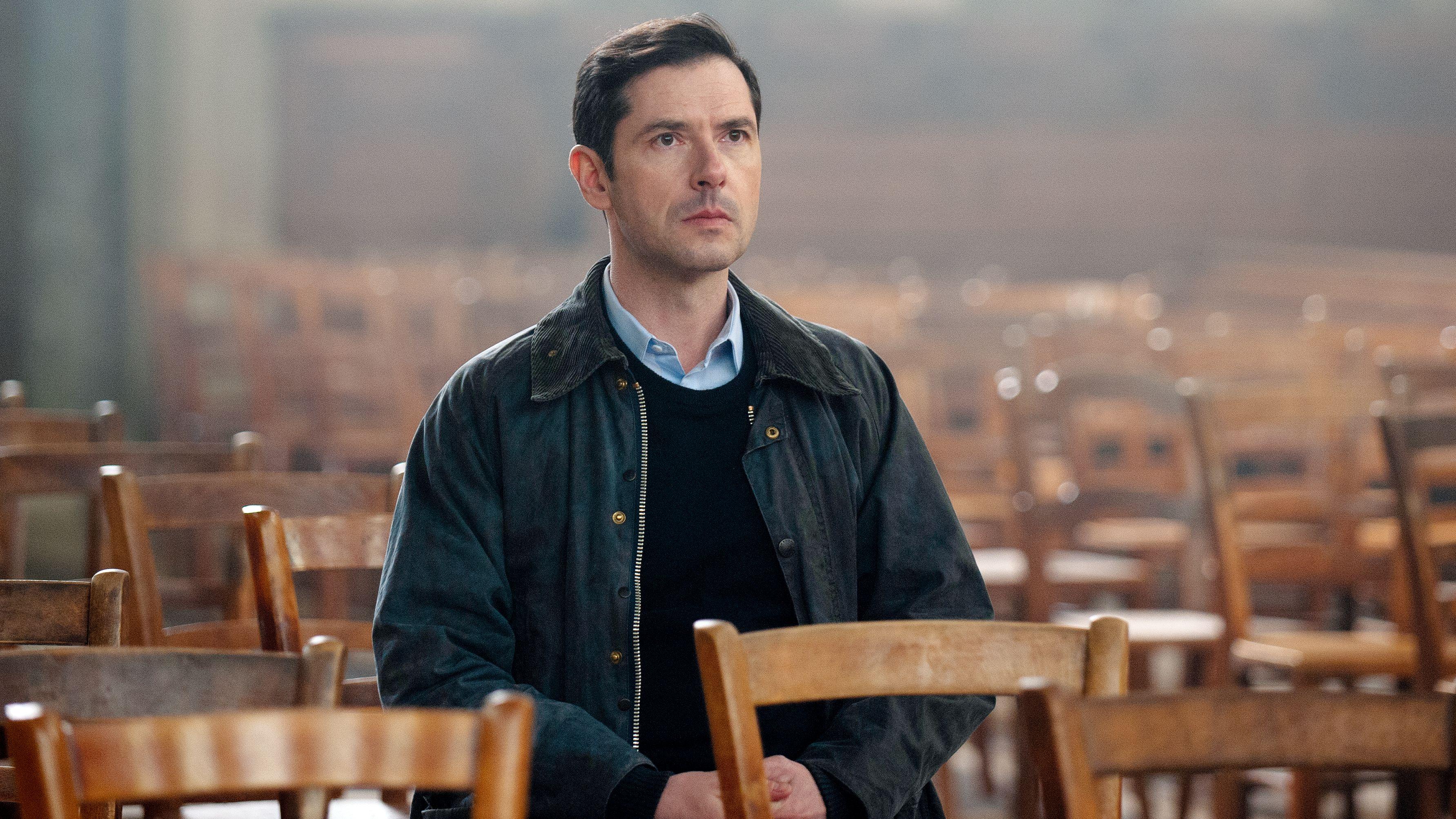 "Szene aus ""Gelobt sei Gott"": Hauptfigur Alexandre Guérin (Melvil Poupaud) inmitten leerer Stuhlreihen"