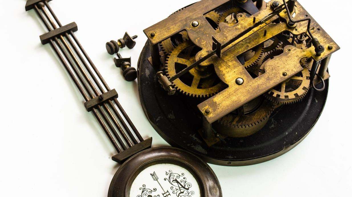 Uhrenpendel und Zahnräder