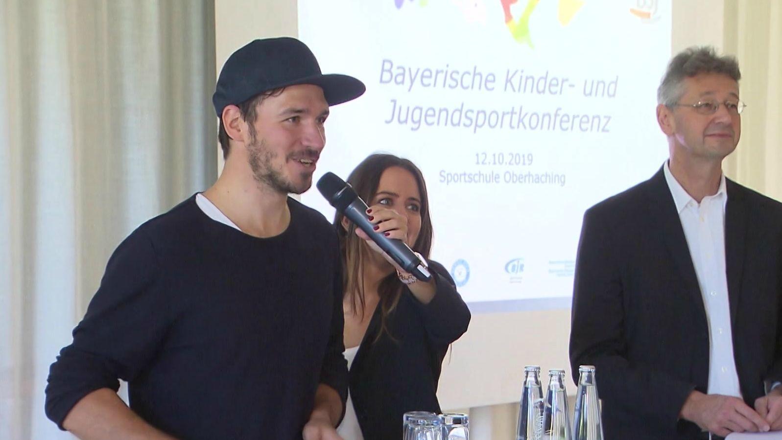 Felix Neureuther und Kukltusminister Michael Piazolo bei der Bayerischen Kinder- und Jugendsportkonferenz