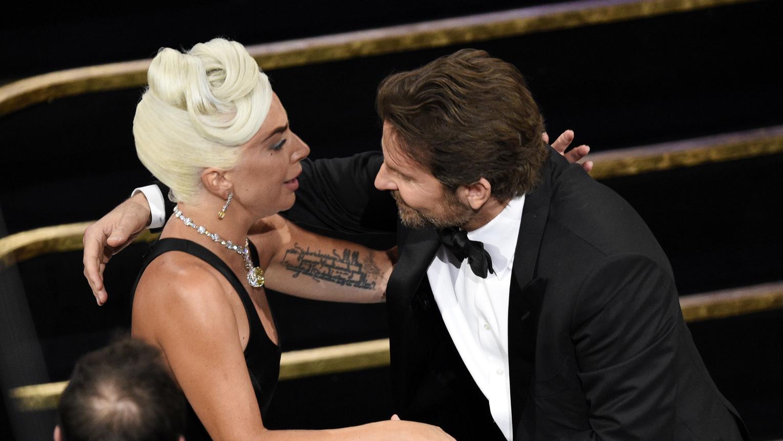 Bradley Cooper gratuliert Lady Gaga bei der Oscar-Verleihung 2019 noch im Publikum.