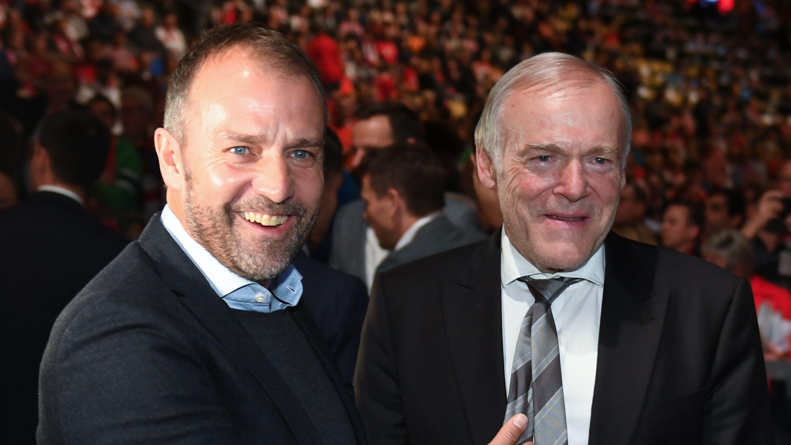 Hansi Flick (links) und sein Co-Trainer Hermann Gerland auf der Jahreshauptversammlung der Bayern 2019
