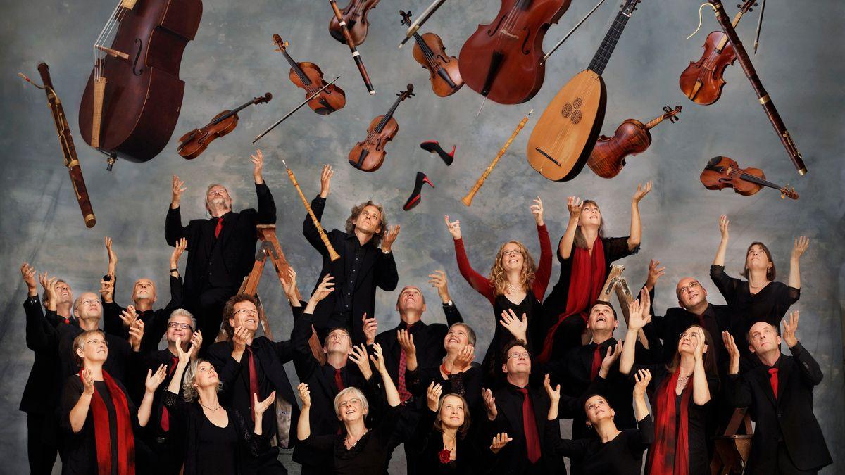 Musiker werfen Instrumente in die Luft