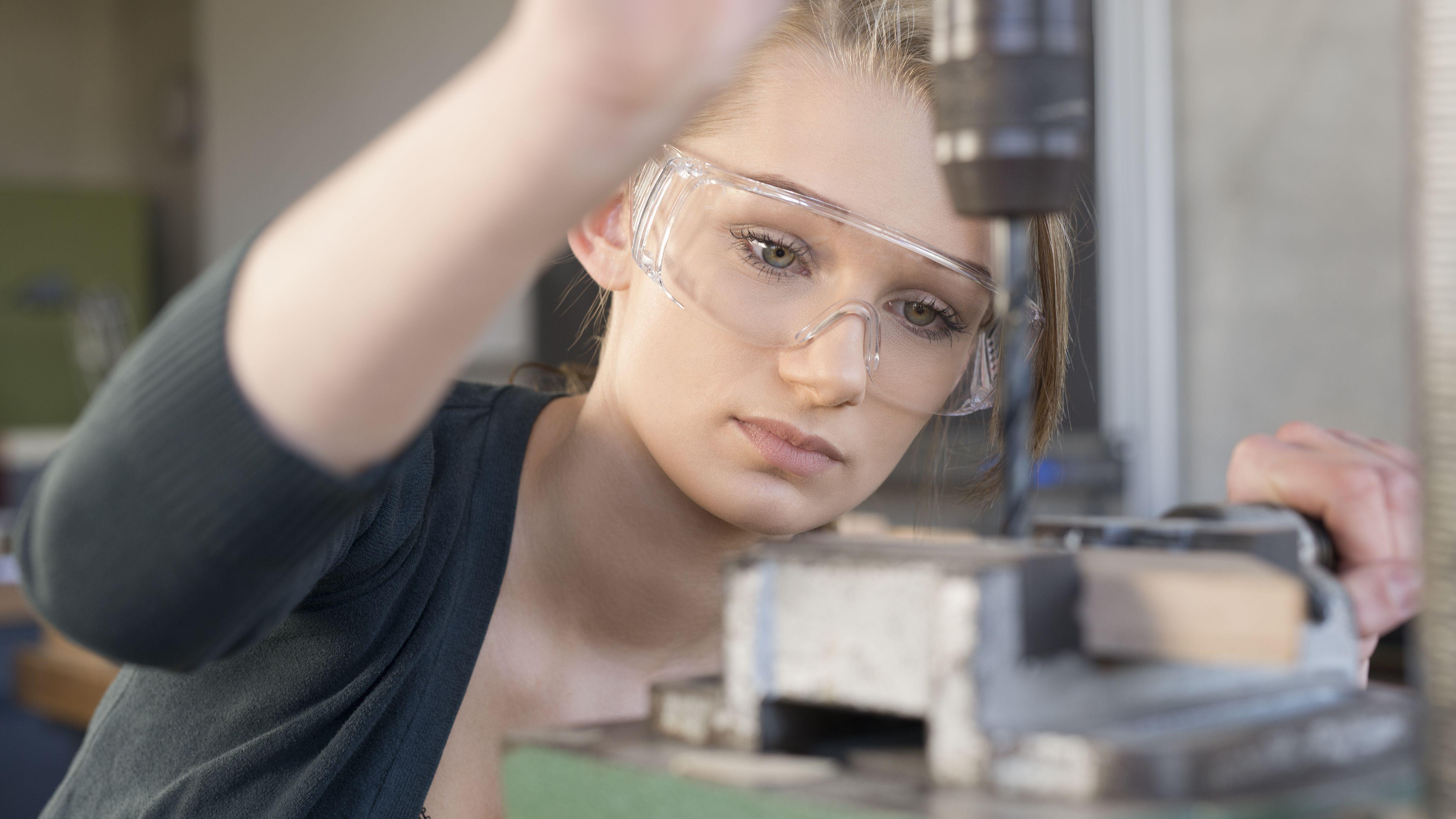Eine Auszubildende in einer Werkstatt.