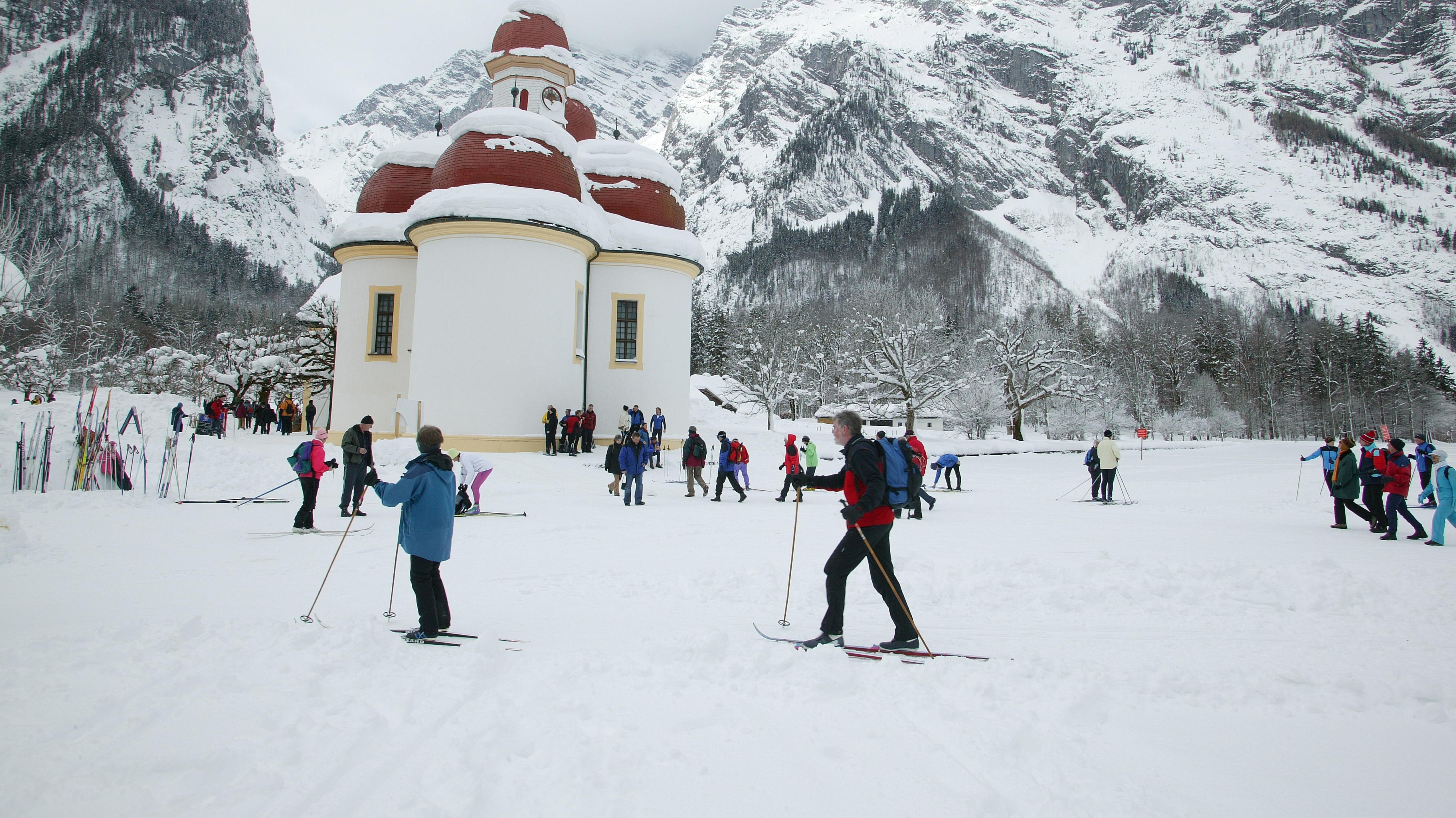 Skilangläufer bei St. Bartholomä am zugefrorenen Königssee