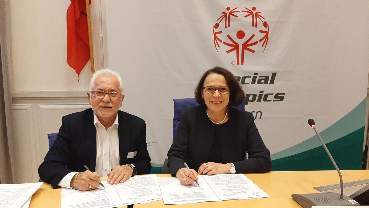 Vertragsunterzeichnung zu den Special Olympics 2020 in Regensburg.