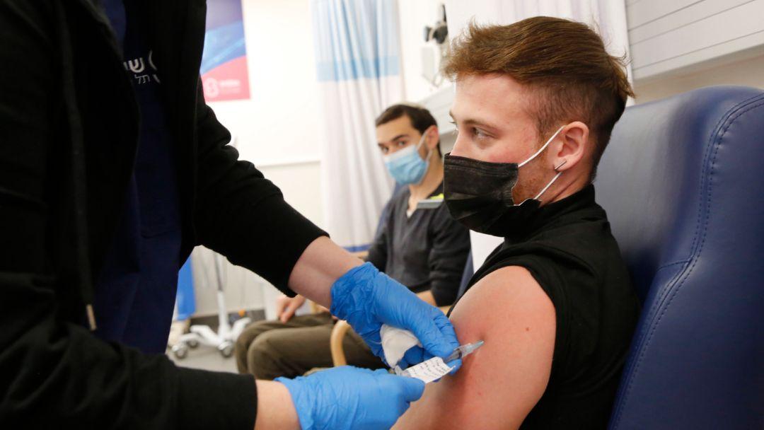 Israel, Ramat Gan: Ein Person erhält eine Corona-Impfung.