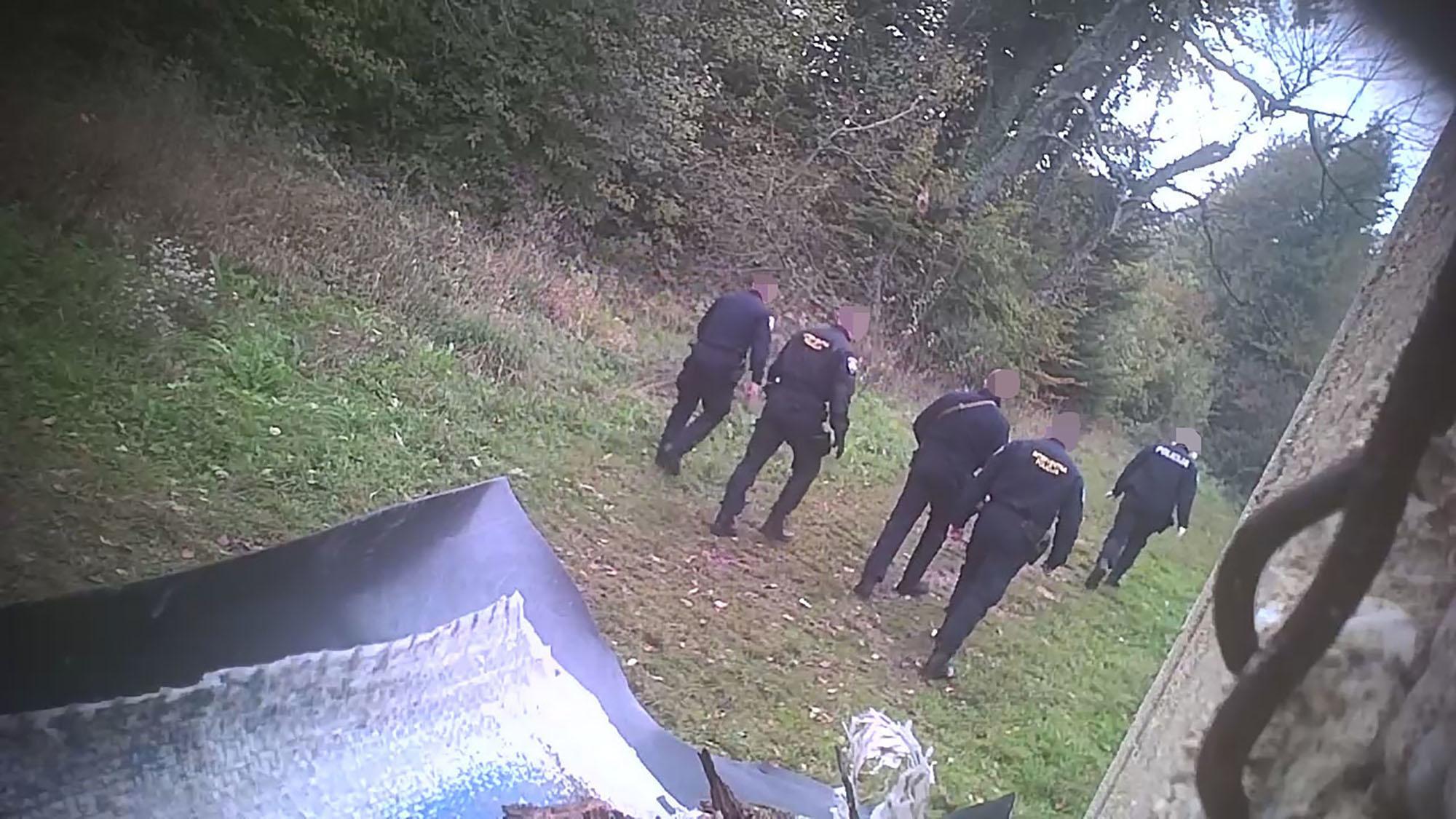 Immer wieder ist auf den Aufnahmen zu sehen, wie Polizisten Menschen einen Weg entlangführen und wenige Minuten später alleine zurückkehren. Wohin genau die Menschen geführt werden, sieht man auf den Videos nicht – die Vermutung liegt nahe, dass sie nach Bosnien gehen müssen.