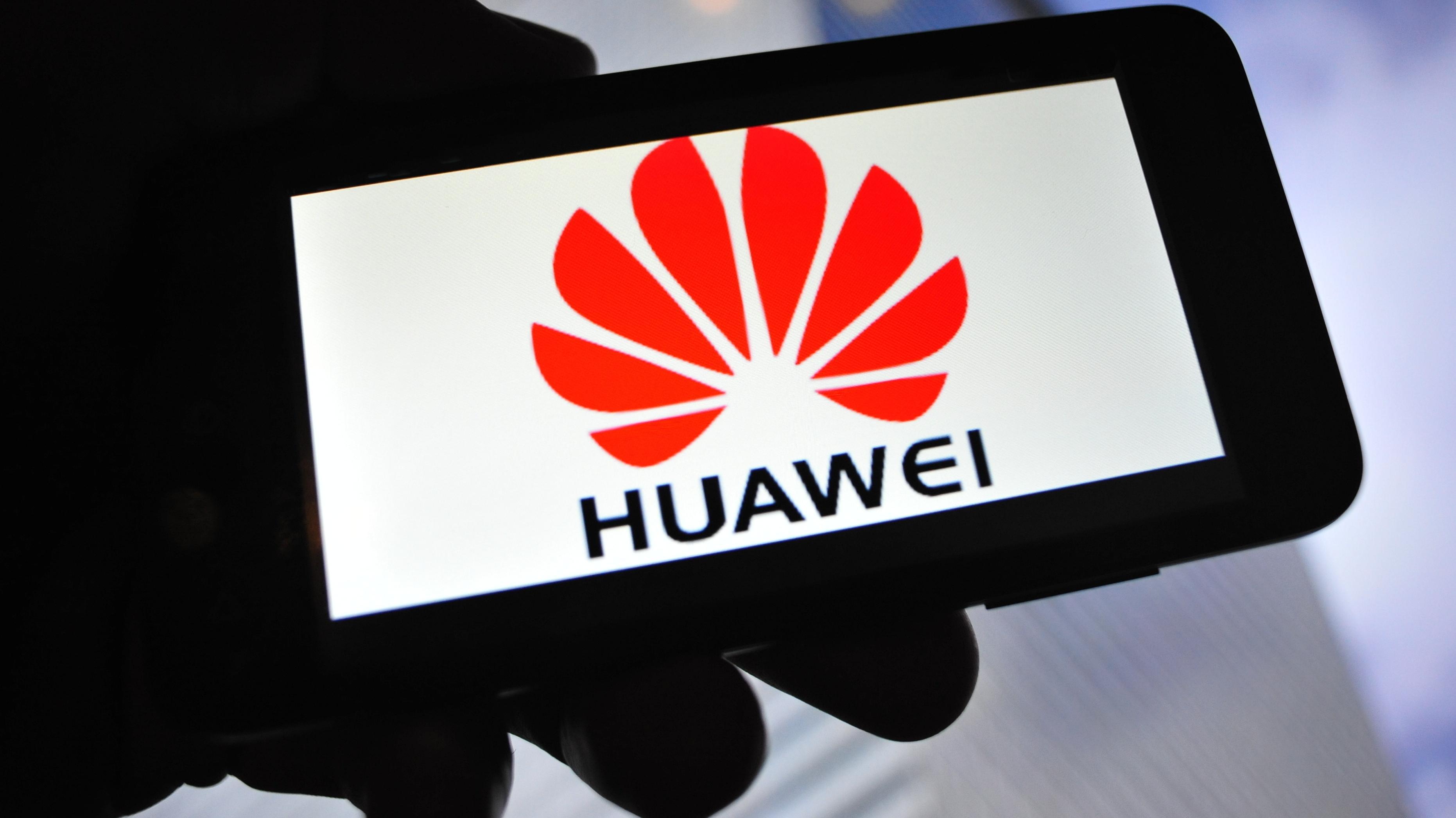 Huawei-Logo auf einem Smartphone