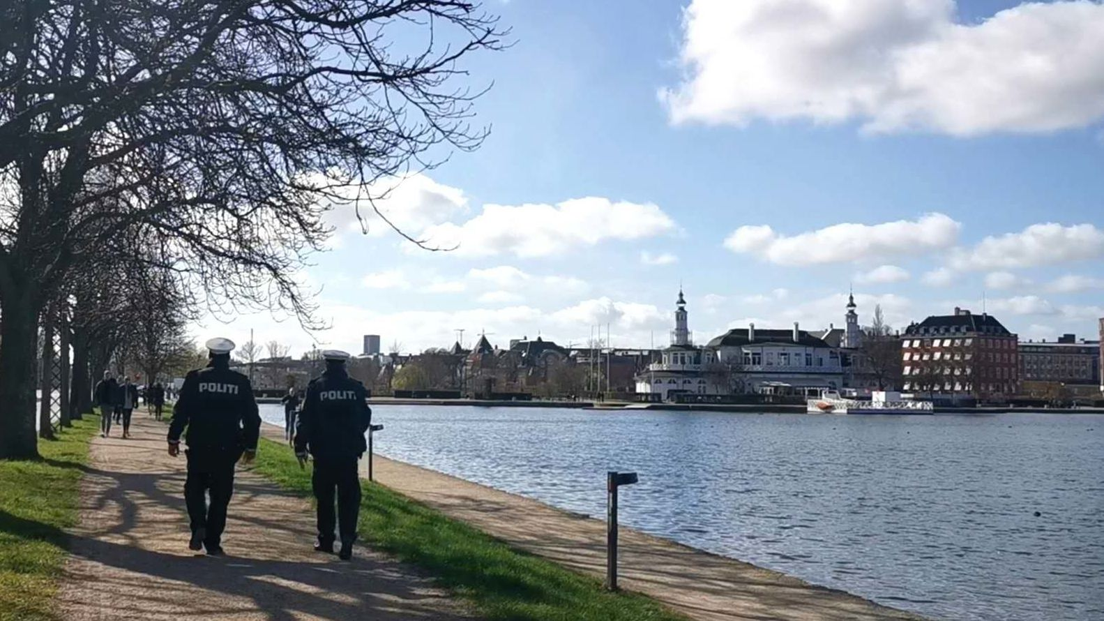 Polizeibeamte patrouillieren an einem See in Kopenhagen.