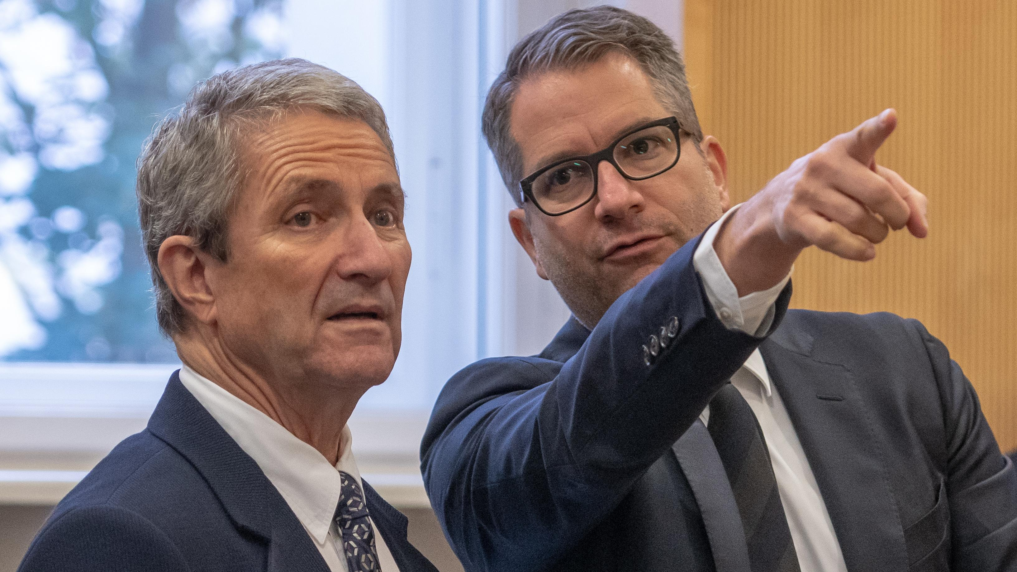 Bauträger Volker Tretzel (Links) spricht im Gerichtssaal des Landgerichts mit seinem Verteidiger Florian Ufer