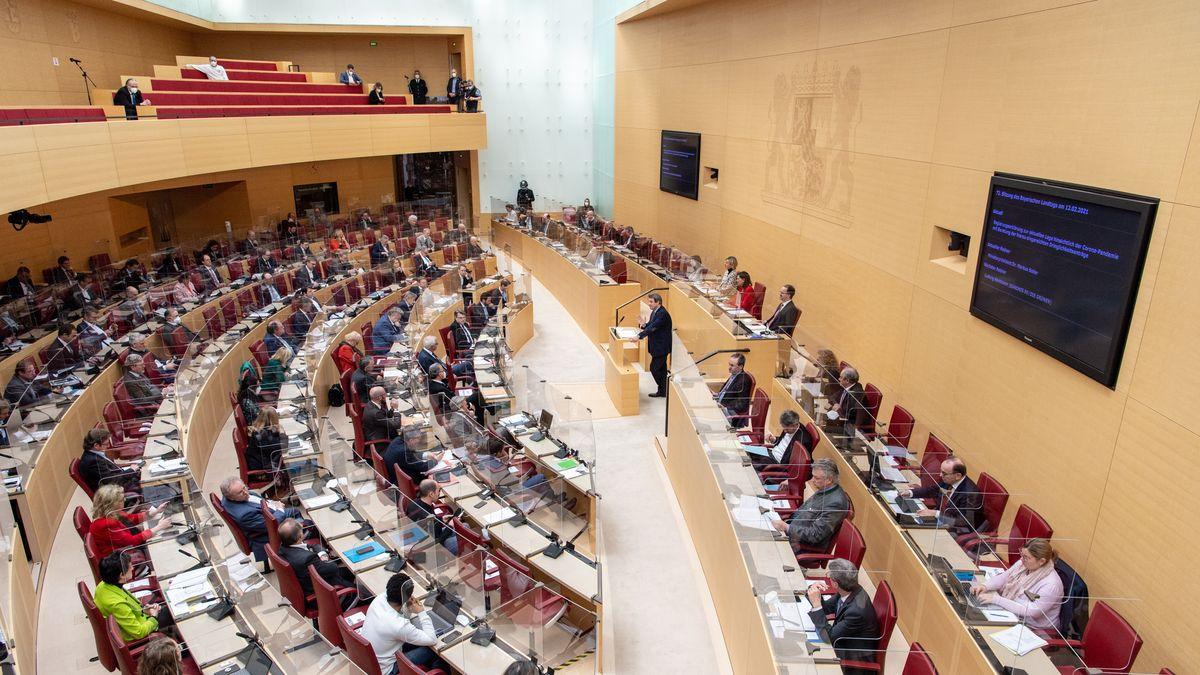 Blick in den Plenarsaal des Bayerischen Landtags, Aufnahme vom 12. Februar 2021.