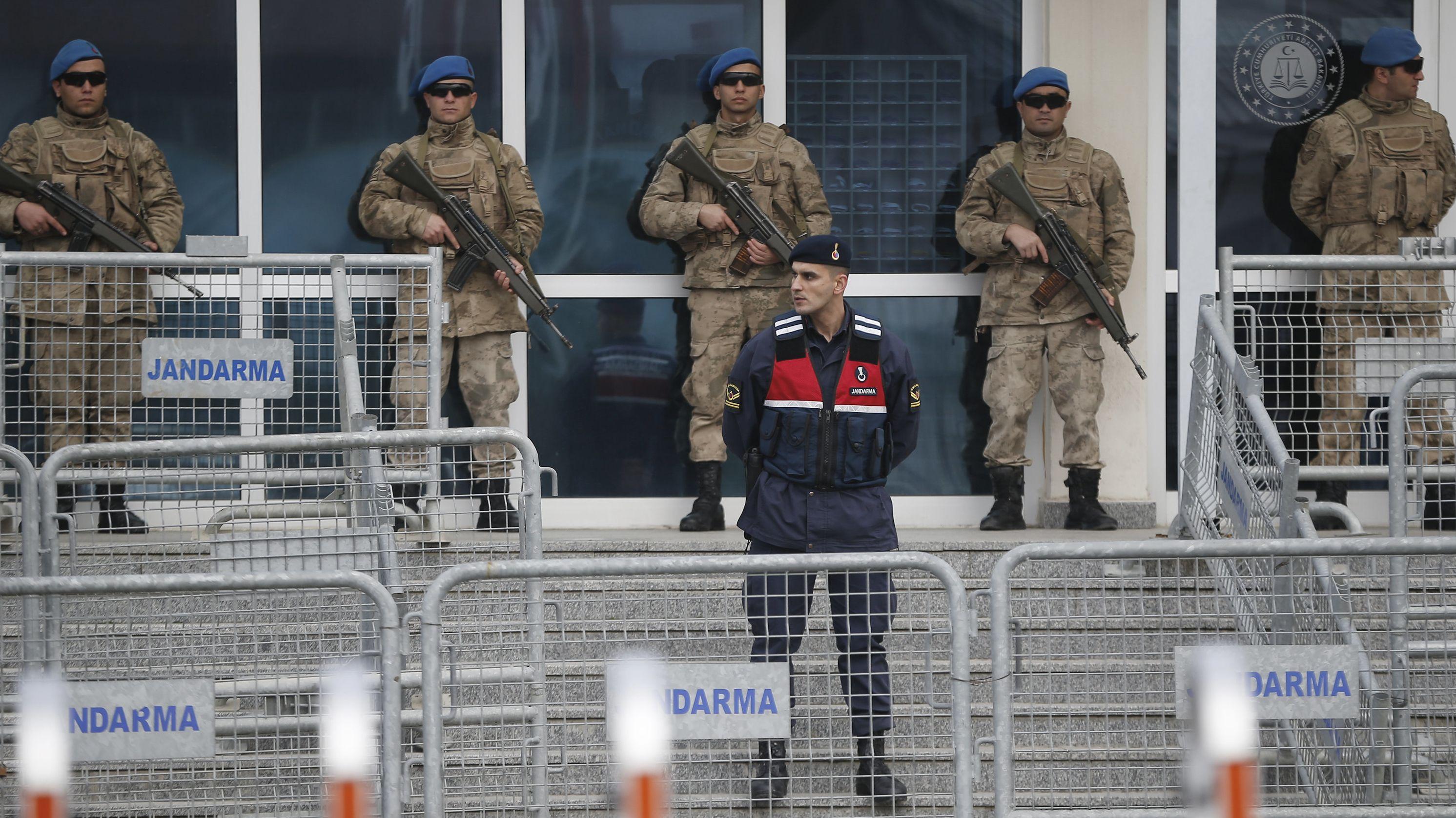 Soldaten stehen im abgesperrten Eingangsbereich des Gerichtsgebäudes im türkischen Silivri.