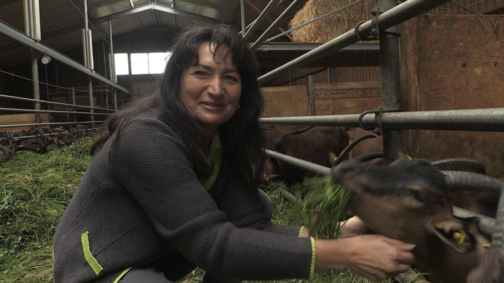 Maria Deß bei ihren Ziegen
