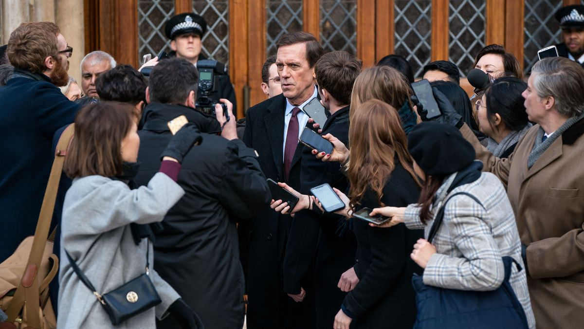 "Hugh Laurie in der Serie ""Roadkill"" als Minister Peter Laurence, umringt von Reportern."