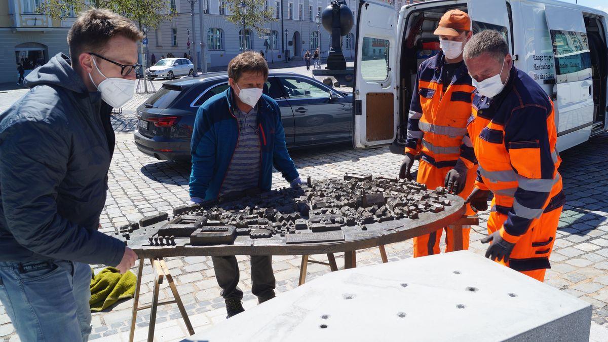 Ein Stadtmodell für Blinde zum Ertasten wird in Ansbach aufgestellt