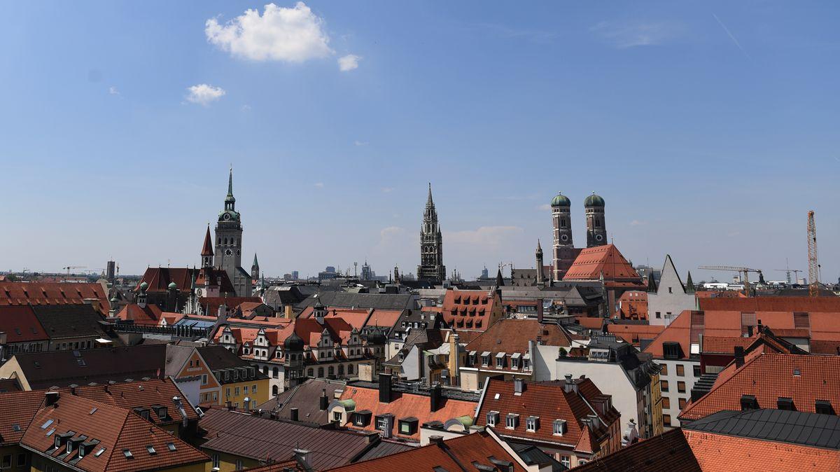 Münchner Innenstadt mit Frauenkirche und altem Peter
